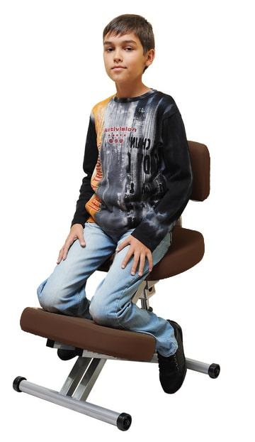 мальчик на коленном стуле со спинкой